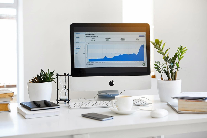 Sur l'écran d'un ordinateur  des graphiques d'analyse du trafic d'un site web avec le SEO  d'où une analyse du référencement