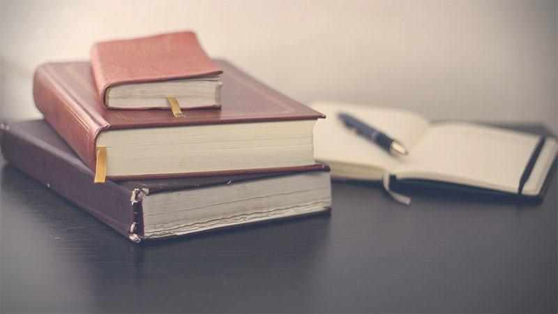Mentions Légales CGM Creation - Des livres de lois posés sur une table